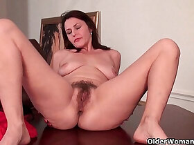 hairy porn - Mature gives her hairy pussy a workout