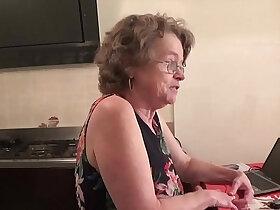 italian porn - vecchia zia troia italiana chiavata da giovane