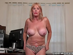 american porn - American granny Phoenix Skye proves her sexiness